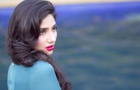 Mahira Khan Romatic pose Photo…