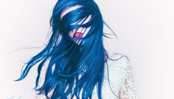 blue hair model red lipst…