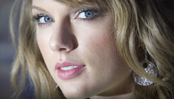 taylor swift blue eyes pink li…
