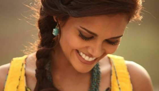 esha gupta smile hd wallpapers