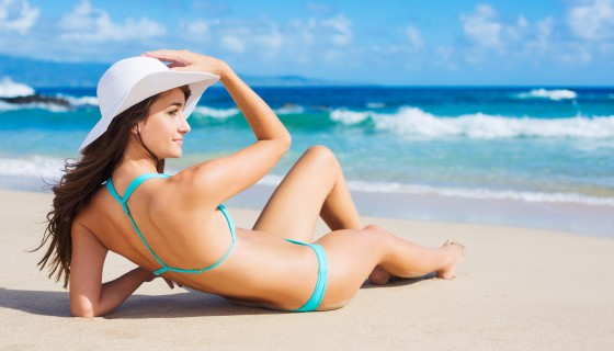 stylish white hat and bikini g…