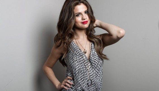 Selena Gomez red lips bea…