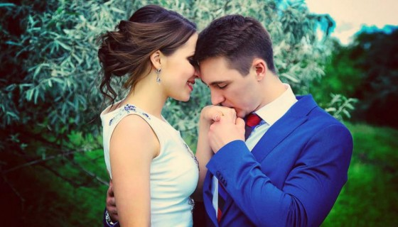 love couple kissing hand expre…